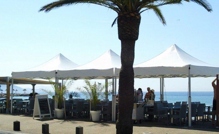 tonnelles pliantes V2 d'un bar en bord de plage